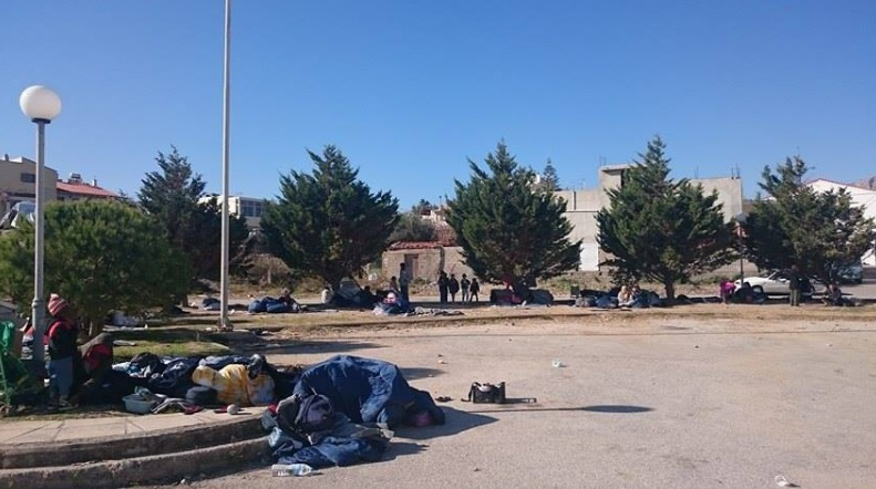 Πρόσφυγες κοιμήθηκαν στο δρόμο χτες βράδυ μετά τις επιθέσεις φασιστών στον καταυλισμό. Photo credits to @Theurgia_Goetia.